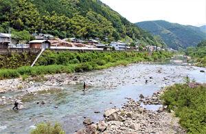 大小の石が点在する榎瀬橋周辺は人気のポイント