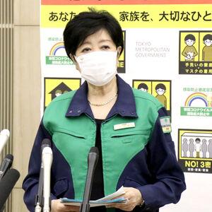 都庁でモニタリング会議後に記者団の取材に応じる小池百合子知事
