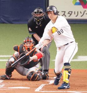 1回1死満塁、杉本裕太郎がレフトへ先制適時二塁打を放つ