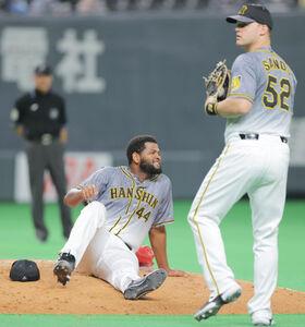 7回、近藤の打球が足に直撃し顔をゆがめるアルカンタラ(右はサンズ)