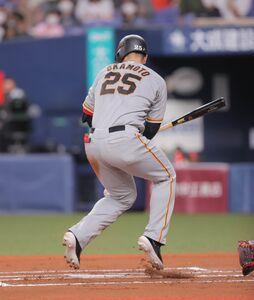 6回2死一塁、岡本和真が死球を受ける(カメラ・相川 和寛)