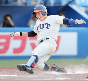 9回無死満塁、試合を決定づけるランニング満塁本塁打で生還する福井工大の伊藤雅治