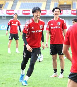 ボール回しで笑顔を見せる(左から)鎌田大地、南野拓実ら