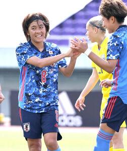 後半13分、岩渕真奈がゴールを決め、菅沢優衣香(右)とハイタッチを交わす