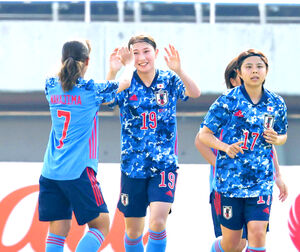 塩越柚歩(中・19番)はゴールを決め、中島依美(左・7)とハイタッチを交わす