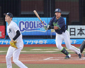 2回、村上宗隆が右中間へ先制ソロ本塁打を放つ(投手・佐々木朗希)