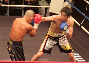 福永輝(左)に判定勝ちしプロ4連勝を決めた木村蓮太朗
