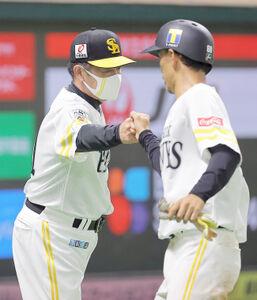 8回1死二塁、同点の適時三塁打を放った三森(右)を迎える工藤監督
