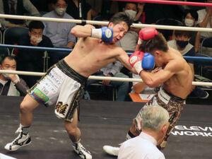 王者・永田大士(右)を攻める鈴木雅弘