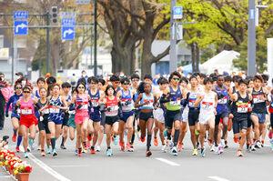 東京五輪のテスト大会となる「札幌チャレンジハーフマラソン」で、一斉にスタートする選手ら