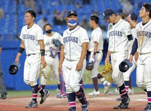 敗退した国学院大の山本ダンテ武蔵(左から2人目)は涙なく引き揚げる