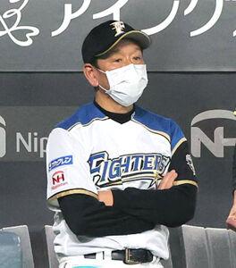 9回、野村佑希の悪送球で点差が広がり浮かない表情の栗山英樹監督