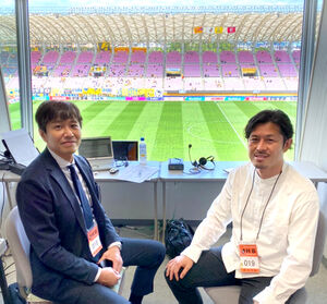 「ベガルタ研究所」でも解説をしていただいている、元ベガルタ仙台・田村直也さん(右)とのツーショット(仙台放送提供)