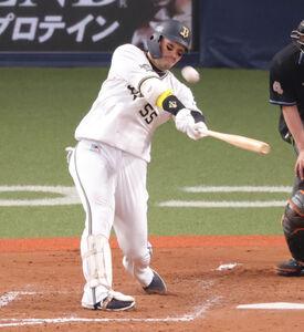 5回1死一、二塁、Tー岡田が3ラン本塁打を放つ(カメラ・石田 順平)