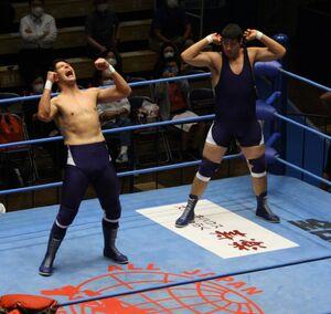 デビューした斉藤ジュン(左)とレイの双子タッグ