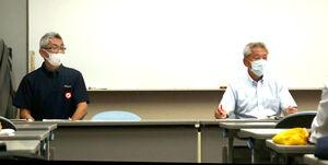 理事会後の記者会見で質問に答える宮城県高野連・丹野会長(右)と松本理事長