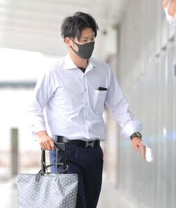 左手中指に包帯を巻いた姿で帰京した吉川尚輝