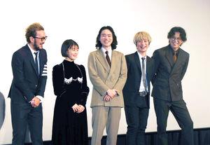 映画「キャラクター」初日舞台あいさつで笑顔を浮かべる(左から)中村獅童、高畑充希、菅田将暉、Fukase、小栗旬