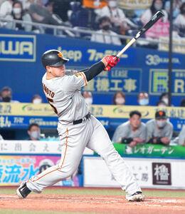 8回1死三塁、岡本 和真は中越えに2ラン本塁打を放つ