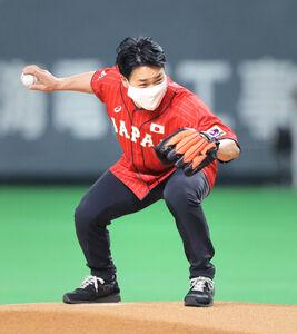 始球式を務める清水宏保氏は投球前にスピードスケートのポーズを決める