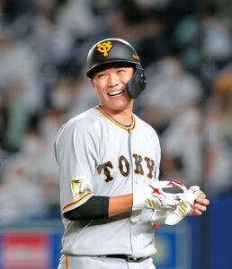 6回2死一塁、二飛に倒れるも笑顔でベンチに戻る坂本勇人(カメラ・中島 傑)
