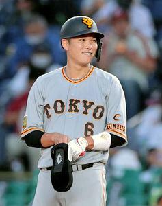 4回2死一、四球を選び一塁に出塁し右手に怪我防止の手袋を付ける坂本勇人(カメラ・中島 傑)