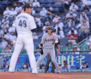 2回1死一塁、リードをとる坂本勇人(左は本前郁也)(カメラ・中島 傑)