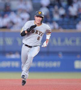 4回2死一、二塁、中島宏之の左前適時打で一塁から三塁に進塁する坂本勇人(カメラ・中島 傑)
