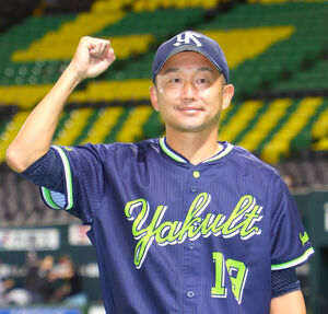 2勝目を挙げた石川雅規がヒーローインタビュー後にガッツポーズ