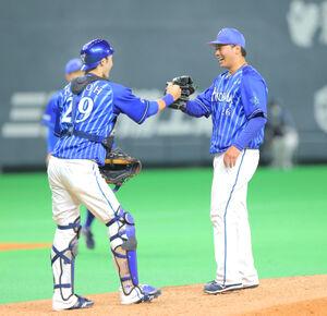 完封勝利に笑顔で捕手・伊藤光(左)とタッチを交わす浜口遥大