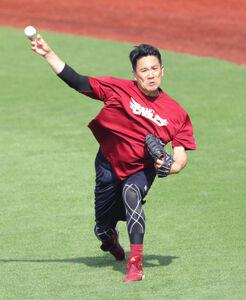試合前練習で捕手を座らせて投球練習をする田中将大(カメラ・関口 俊明)