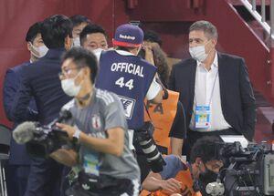 試合前に森保一監督(左)と言葉を交わすストイコビッチ監督(右)