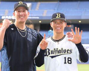 15奪三振で6勝目を飾った山本由伸は、杉本裕太郎(左)と笑顔で撮影に応じる(カメラ・義村 治子)
