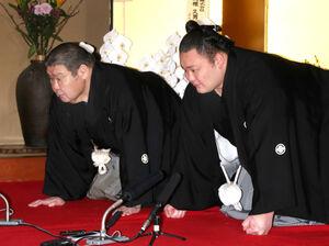 20年3月、大関昇進の伝達を受ける朝乃山(右)と高砂親方(当時)