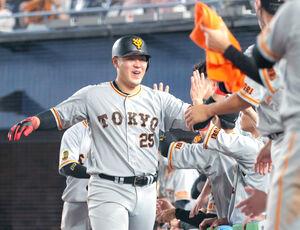 8回1死三塁、中越え2ラン本塁打を放ちナインとハイタッチをする岡本和真(カメラ・中島 傑)