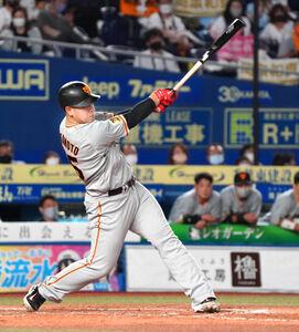 8回1死三塁、岡本 和真は中越えに2ラン本塁打を放つ(カメラ・越川 亘)