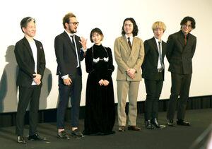 「オレを写真から切らないで」とアプローチする中村獅童(左から2人目)と獅童の発言に笑う(左から)永井聡監督、(1人おいて)高畑充希、菅田将暉、Fukase、小栗旬