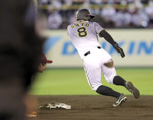 5回2死一塁、一塁走者・佐藤輝は二塁盗塁を決め、失策の間に三塁へ進む