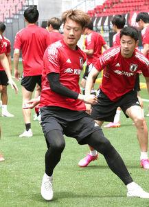 ボール回しするU―24日本代表・瀬古歩夢(中央)