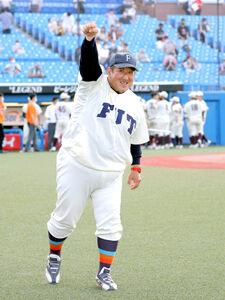 福井工大史上初の決勝進出を決めた体重130キロの下野博樹監督は観客席に向かってガッツポーズ