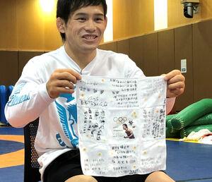 五輪代表を決めた高橋侑希は妻から贈られたハンカチを手に笑顔