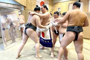 宮城野部屋で行われた、横綱・白鵬の新しい綱を作る「綱打ち」(代表撮影)