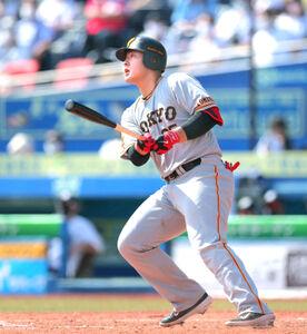 3回無死一、三塁、左越え3ラン本塁打を放つ岡本和真