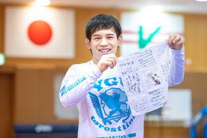 レスリング57キロ級で五輪代表を決めた高橋侑希は妻から贈られたハンカチを手に笑顔(代表撮影)