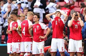 治療を受けるエリクセンを囲むデンマーク代表選手たち(ロイター)