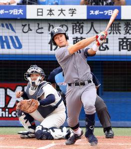 1回2死一塁、中越え2ラン本塁打放った慶大・正木智也