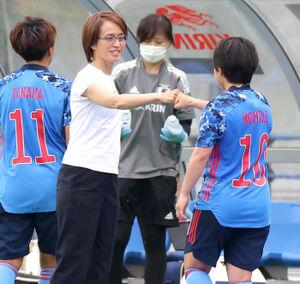 後半、途中交代となった籾木結花をグータッチで迎える高倉麻子監督(カメラ・竜田 卓)