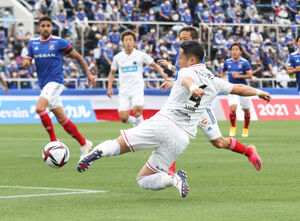 前半7分、相手オウンゴールを誘発するクロスを上げる札幌MF菅