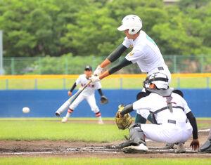 1回1死二、三塁、左前に先制適時打を放つ専大北上・藤田