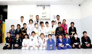 朝倉を破ったクレベル(後列左から2人目)とボンサイ柔術で練習する子どもたち